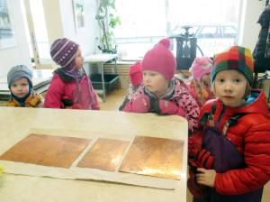 hämeenlinnan-englanninkielisen-päiväkodin-lapset-paperihuoneella